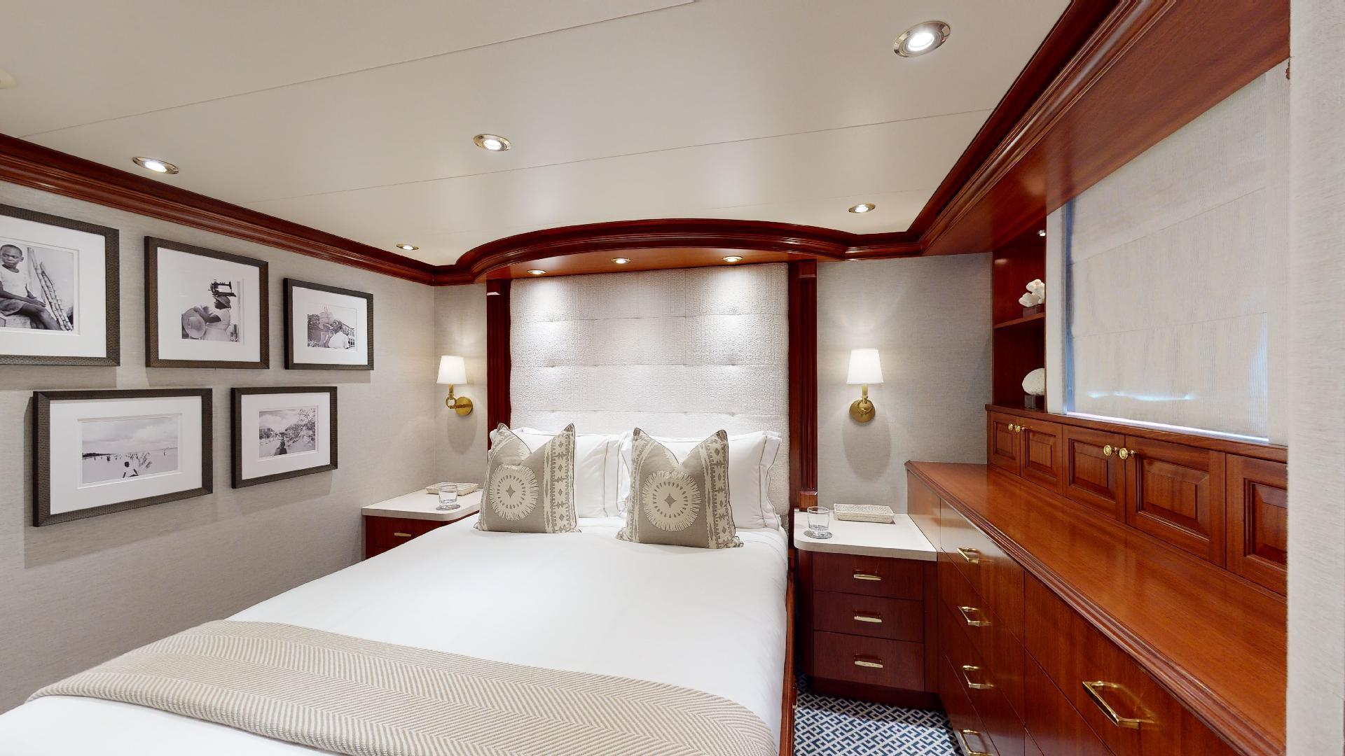 Crescent-Raised Pilothouse 2004-WONDER West Palm Beach-Florida-United States-Port Queen Guest Stateroom-1509990 | Thumbnail