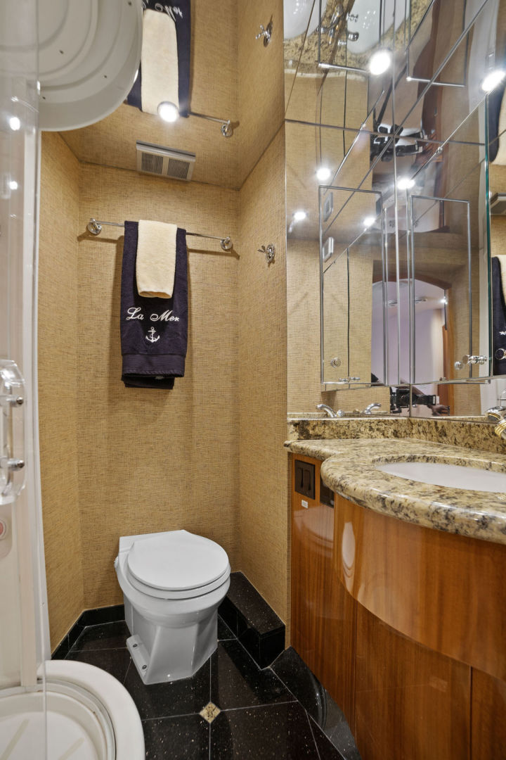 Hatteras-Enclosed Flybridge 2005-LA MER Fort Lauderdale-Florida-United States-Guest Stateroom Bath-1510617 | Thumbnail