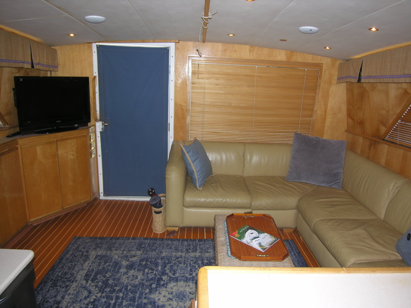 Bertram-Sport Fisherman 1995-REELY NAUTI Fort Lauderdale-Florida-United States-Salon Looking Aft-1581671 | Thumbnail