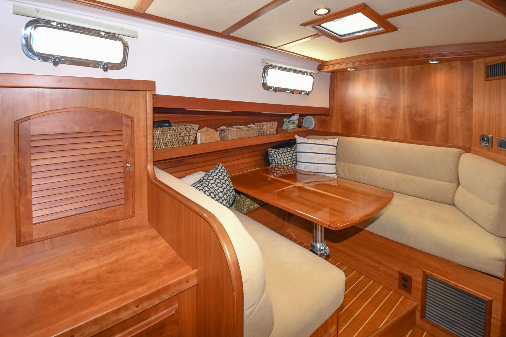 Sabre-40 Express 2010-Impulse Treasure Island-Florida-United States-2010 40 Sabre Express  Impulse  Lower Dinette-1618623 | Thumbnail