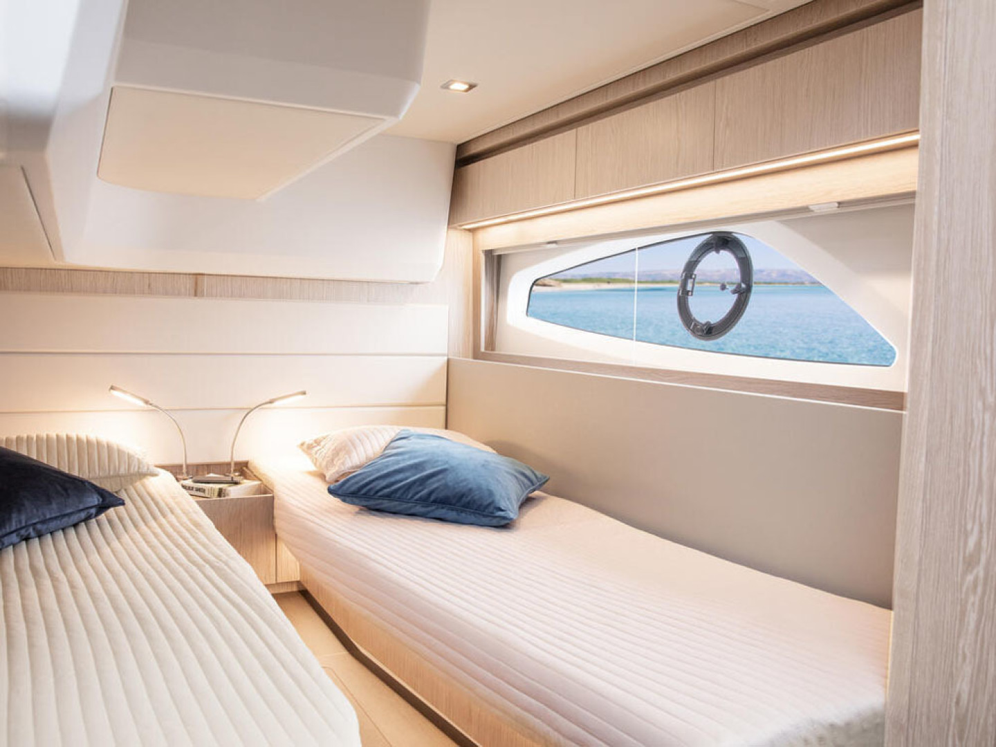 Picture Of a 2022 Sealine 39 C390 Motor Yachts | 1628512