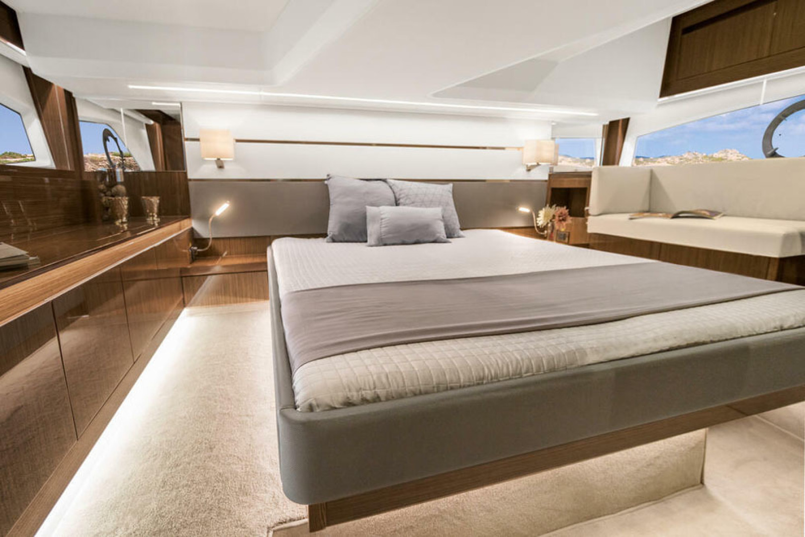 Picture Of a 2022 Sealine 45 F430 Motor Yachts | 1628575
