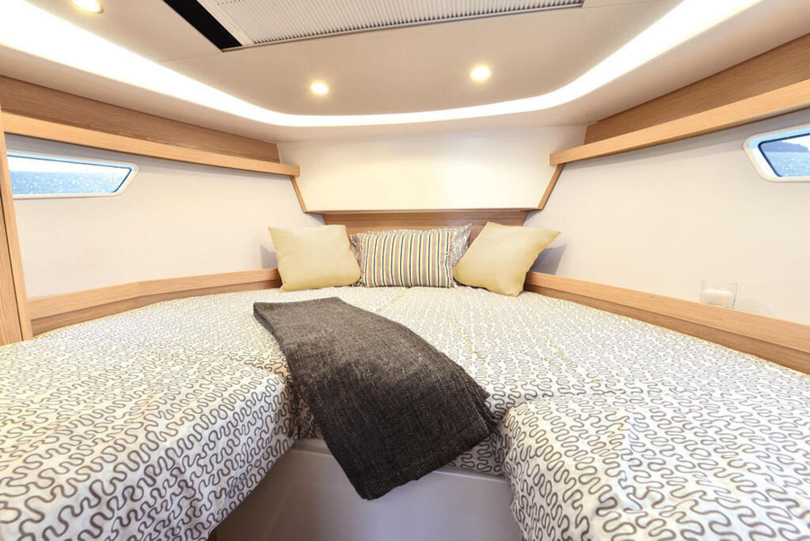 Picture Of a 2022 Sealine 33 S330 Motor Yachts | 1628640