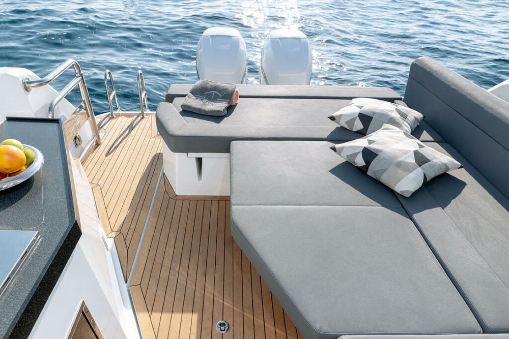 Picture Of a 2022 Sealine 33 S330v Motor Yachts | 1628666