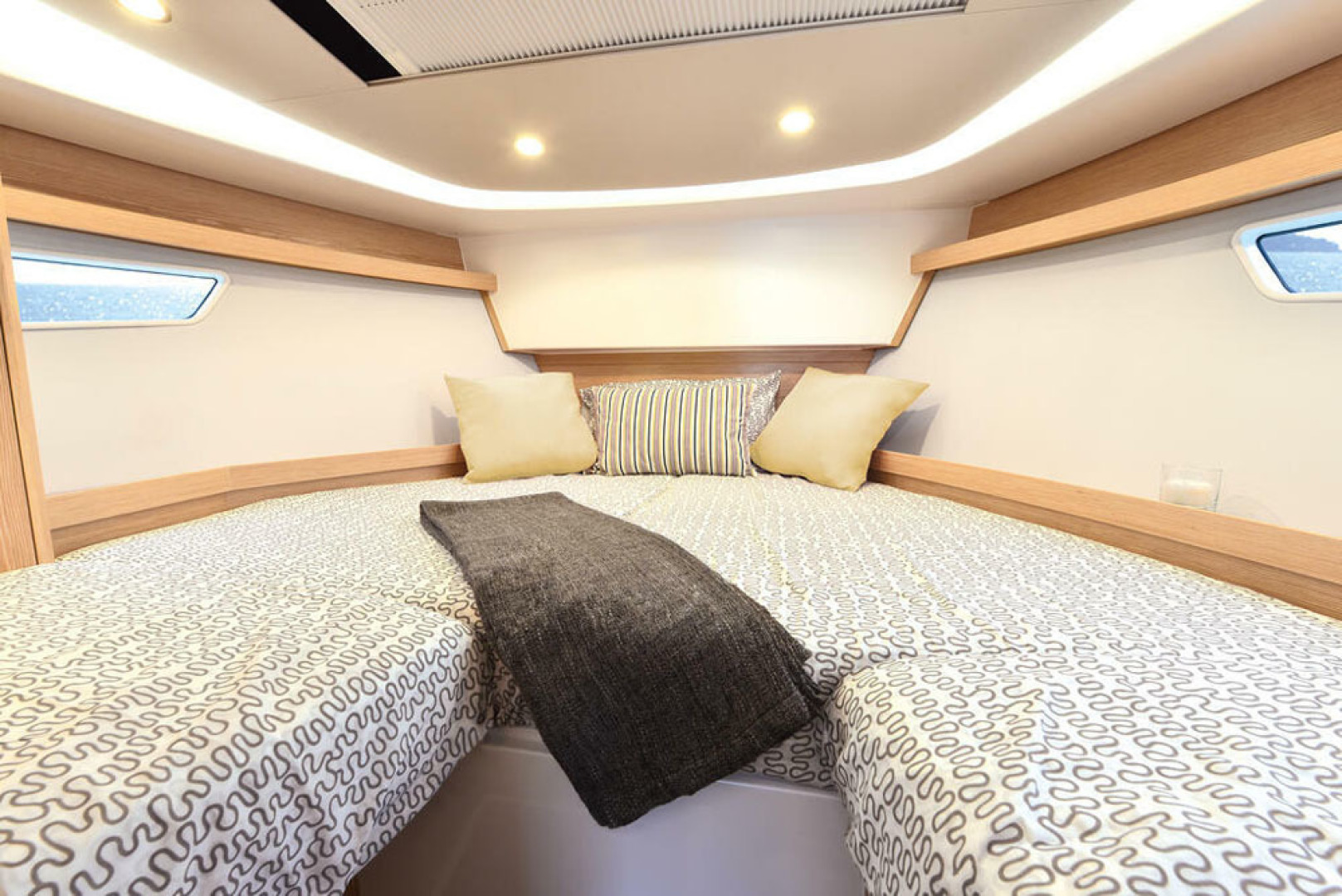 Picture Of a 2022 Sealine 33 S330v Motor Yachts | 1628680