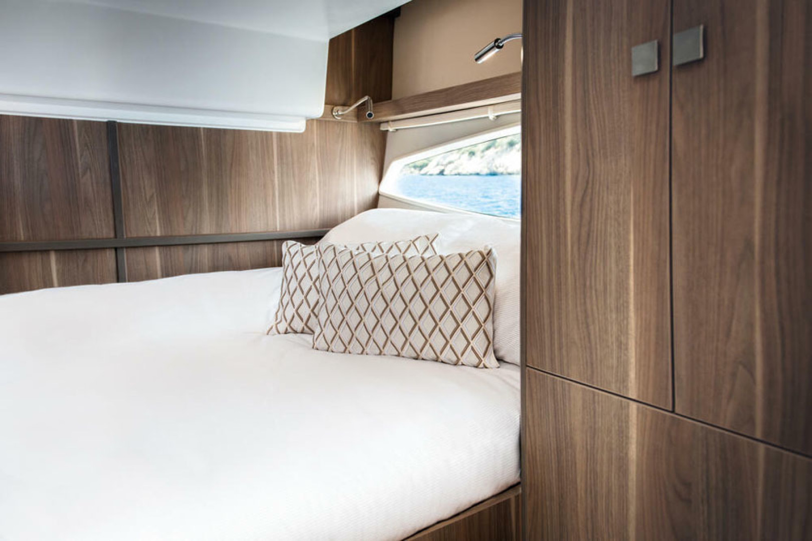 Picture Of a 2022 Sealine 33 S330v Motor Yachts | 1628688
