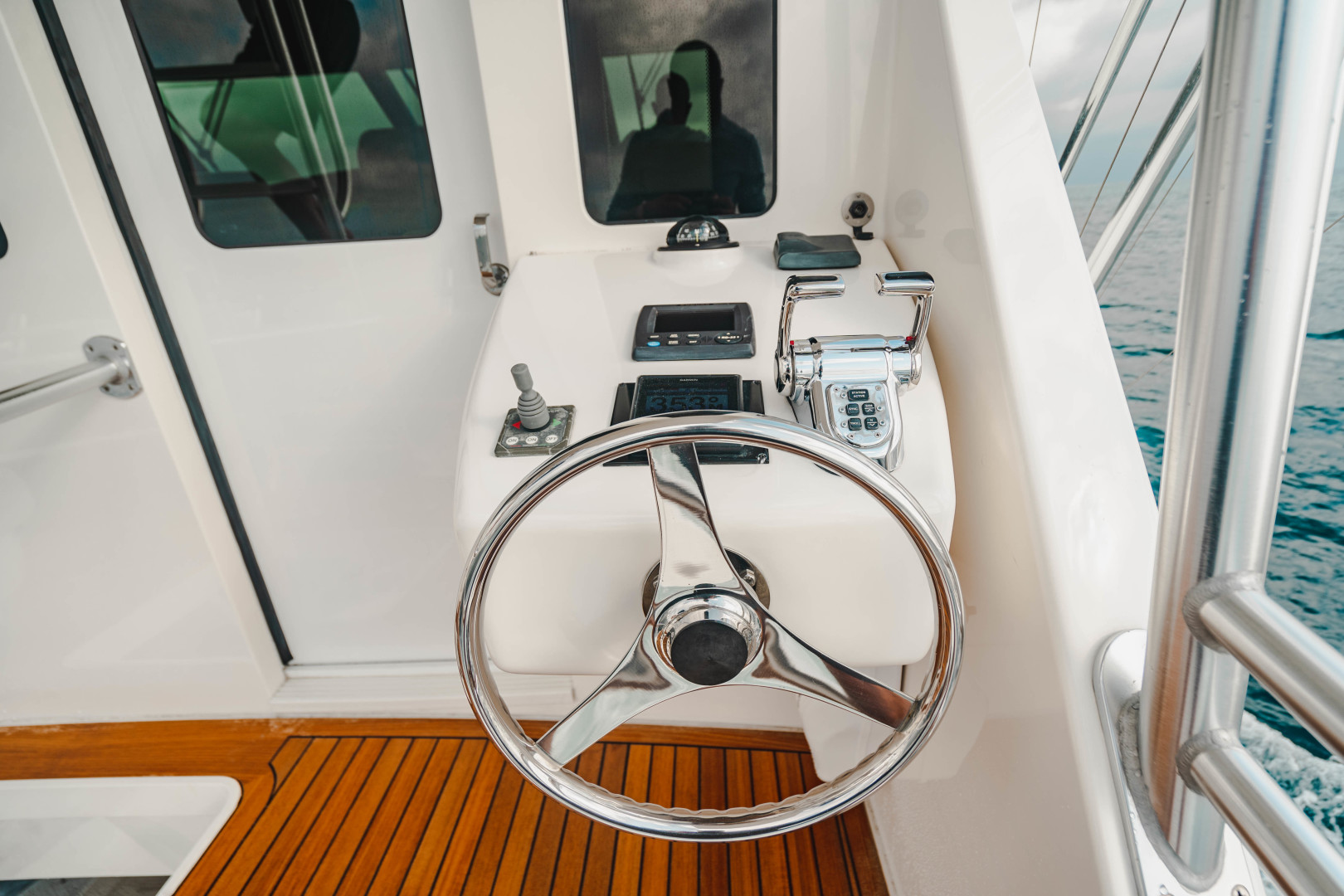 Viking 64 - Cockpit Helm