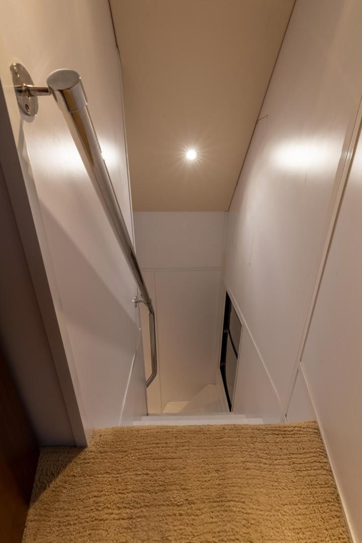 Hatteras 72 - Taz - Stairwell