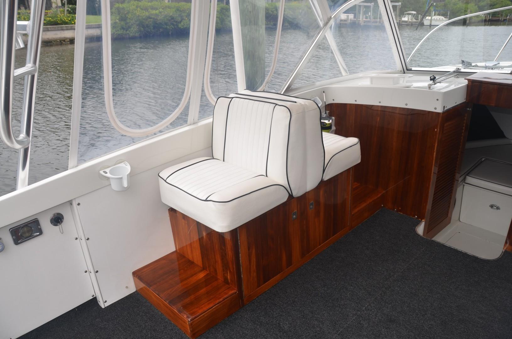 Bertram 25 - Favor - Helm Deck Seating