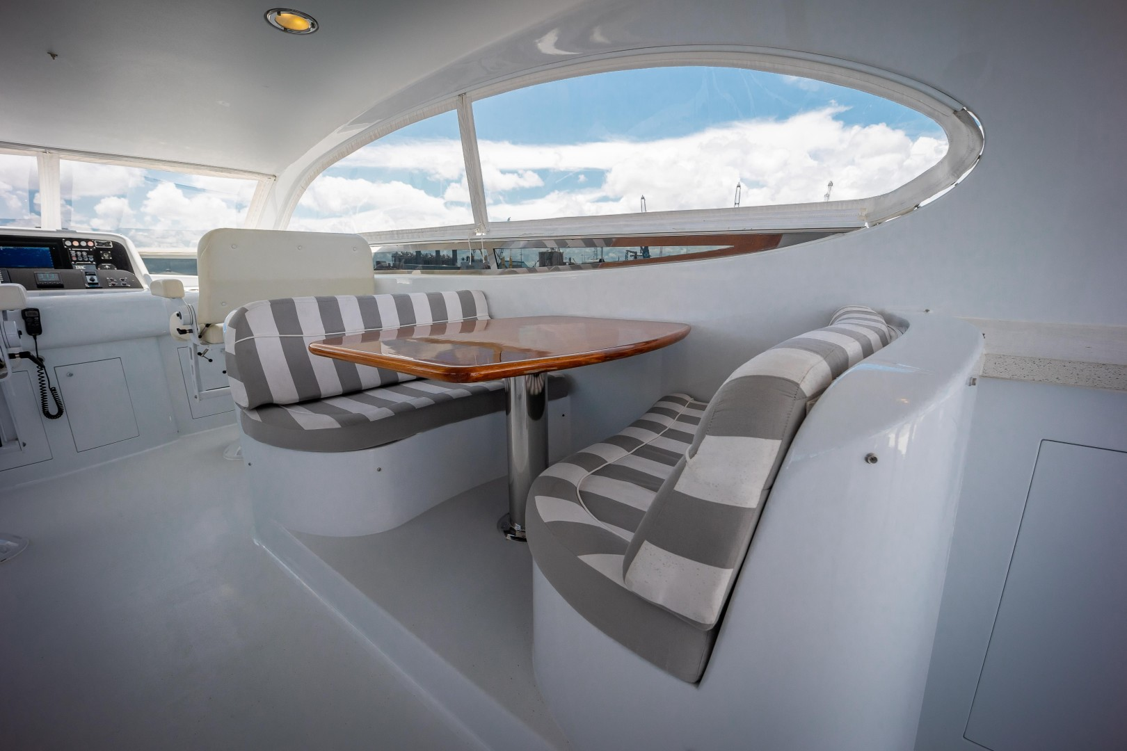 Lazzara 106 - Passion - Flybridge Lounge