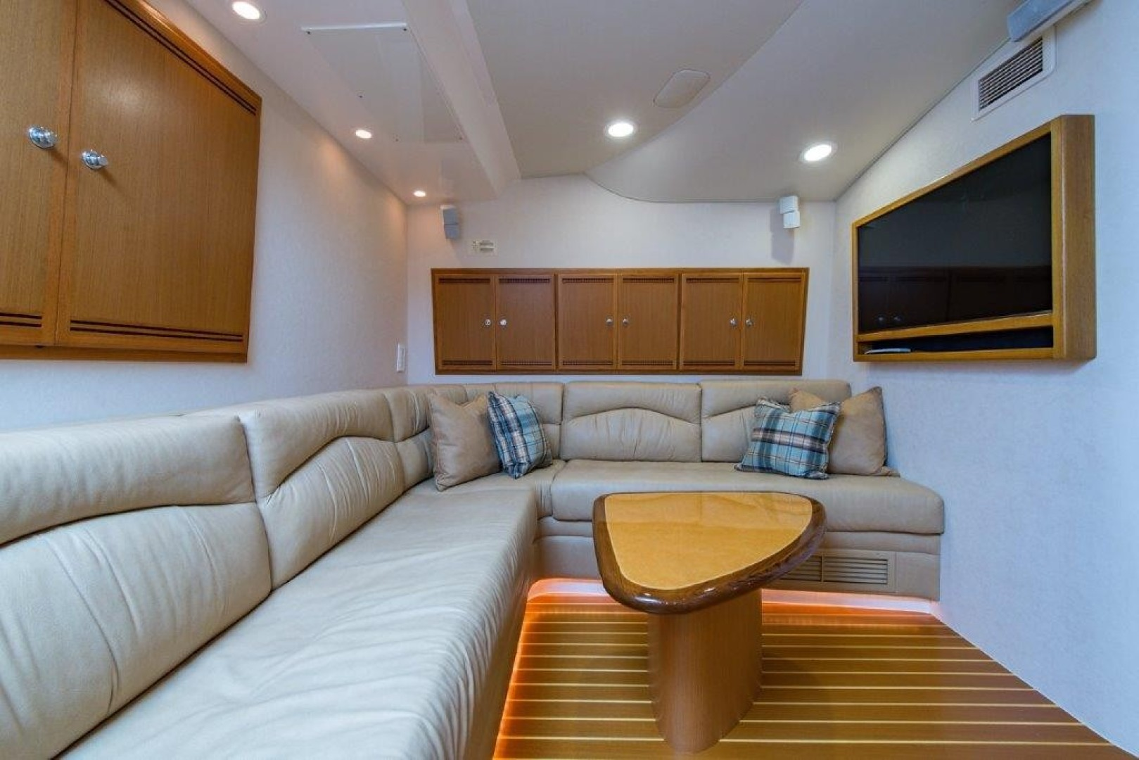 Cabo 45 - Game Changer - Cabin Seating