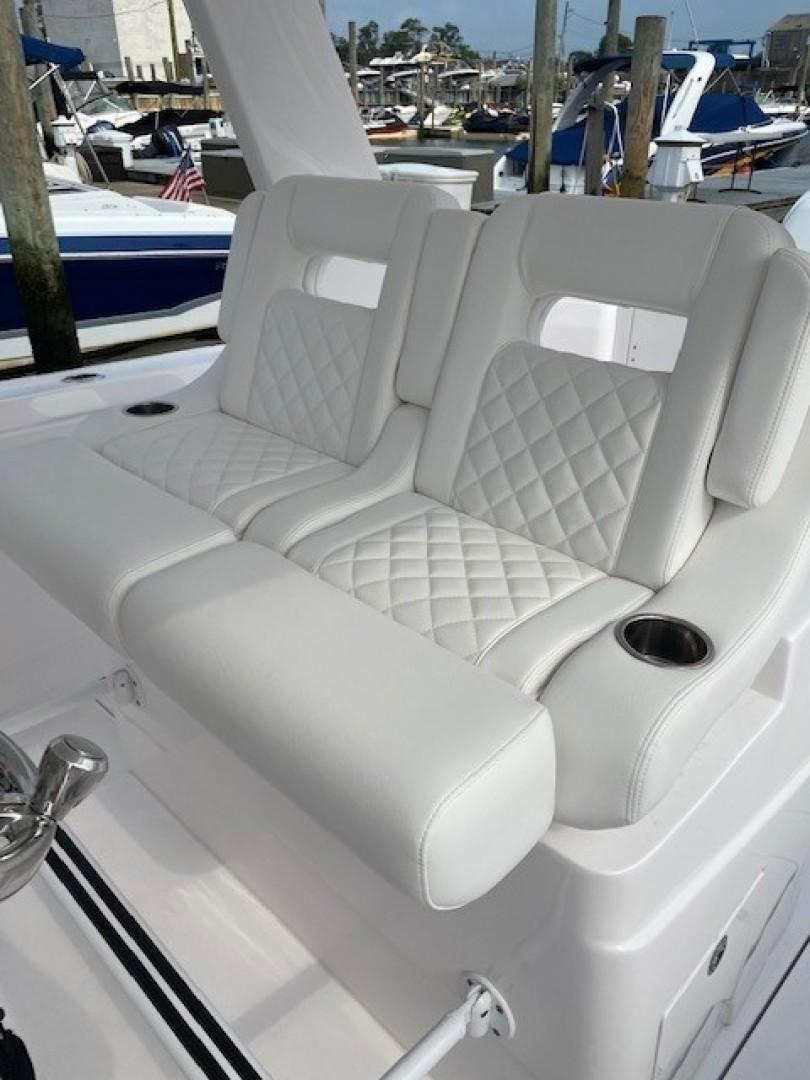 Intrepid 34 - Helm Seating