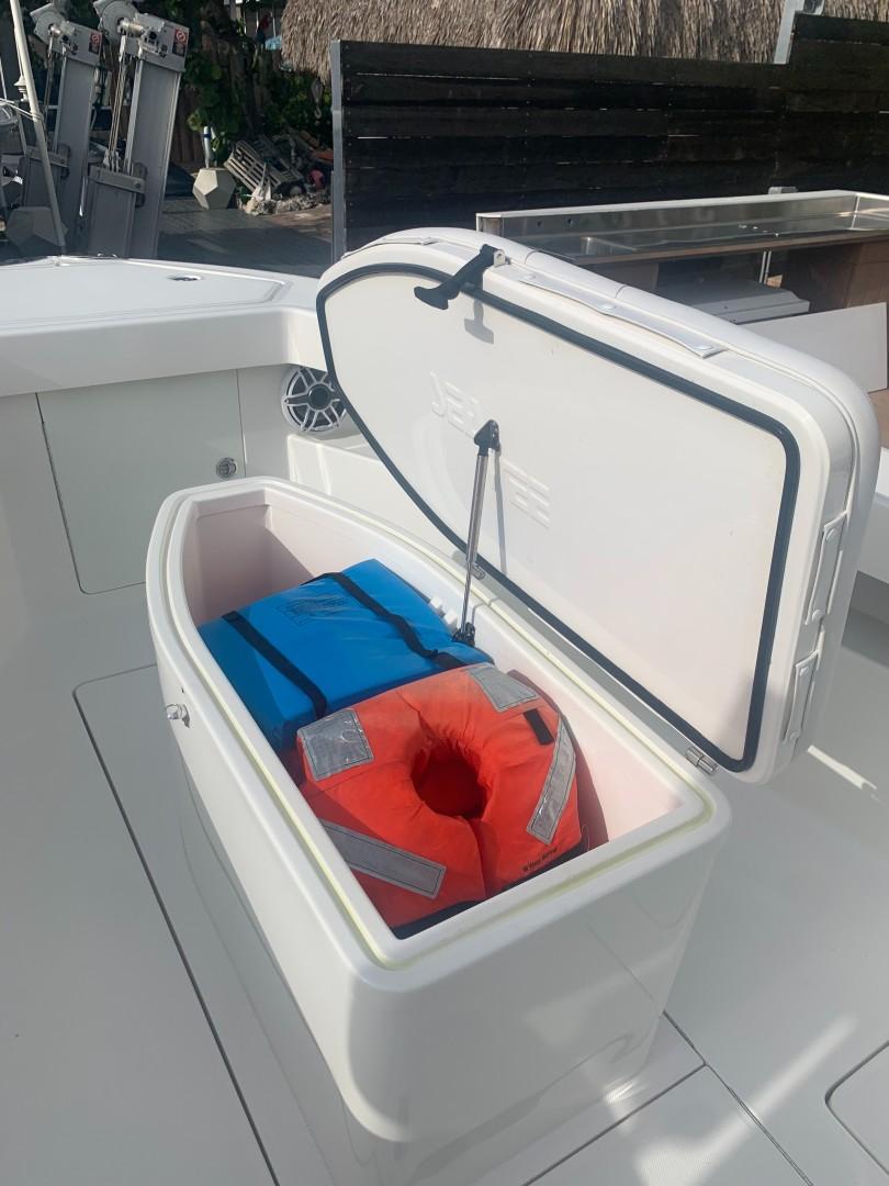 2020 32' SeaVee coffin box