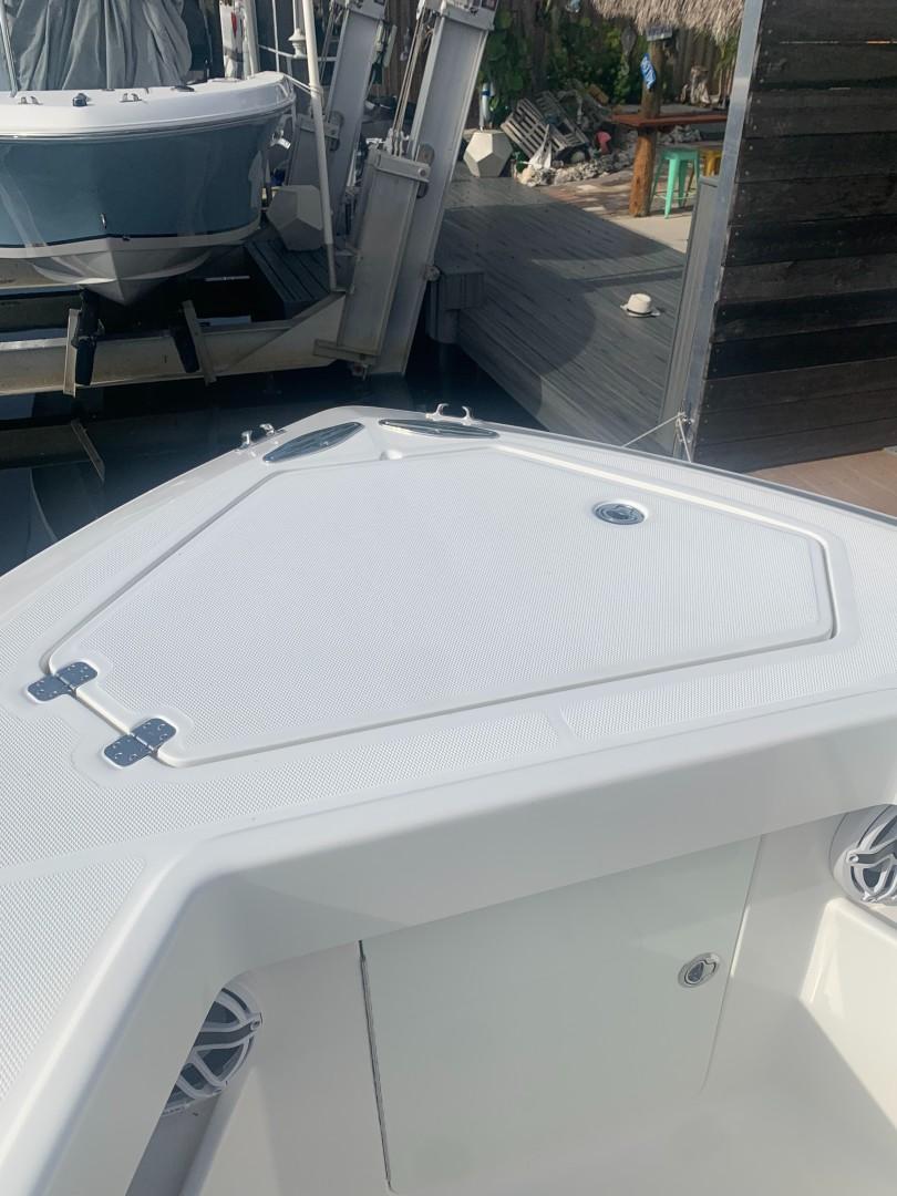 2020 32' SeaVee Anchor Hatch