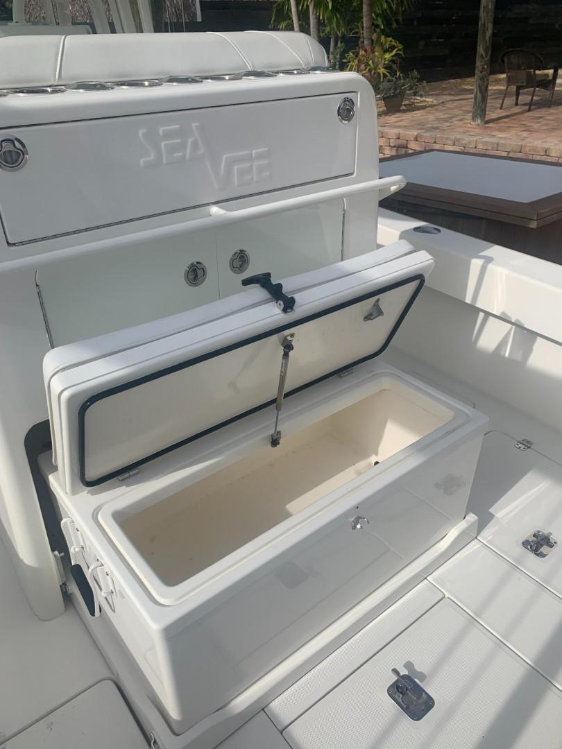 2020 32' SeaVee cooler open