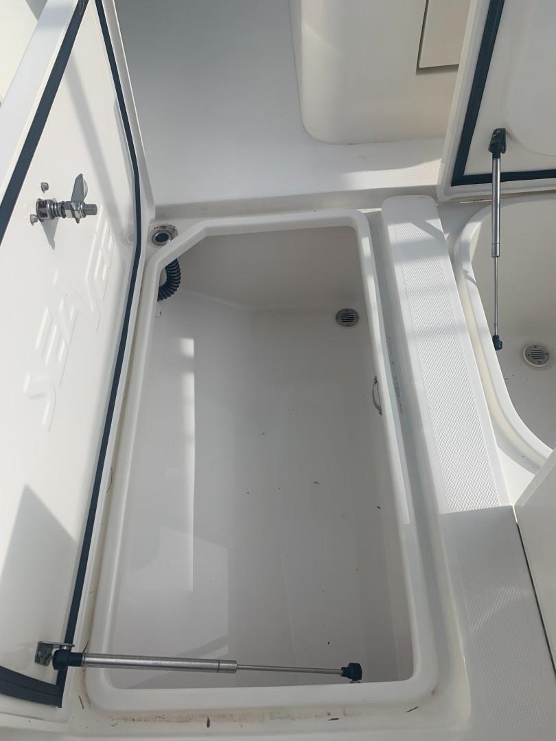 2020 32' SeaVee starboard hatch close up