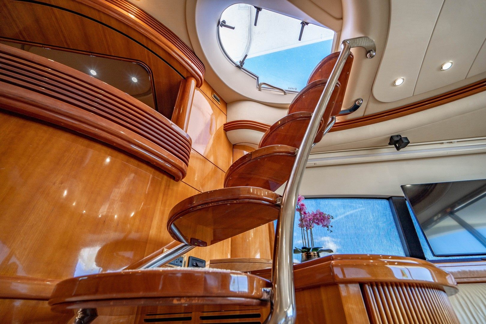 Azimut 68 - Forever - Staircase to Bridge