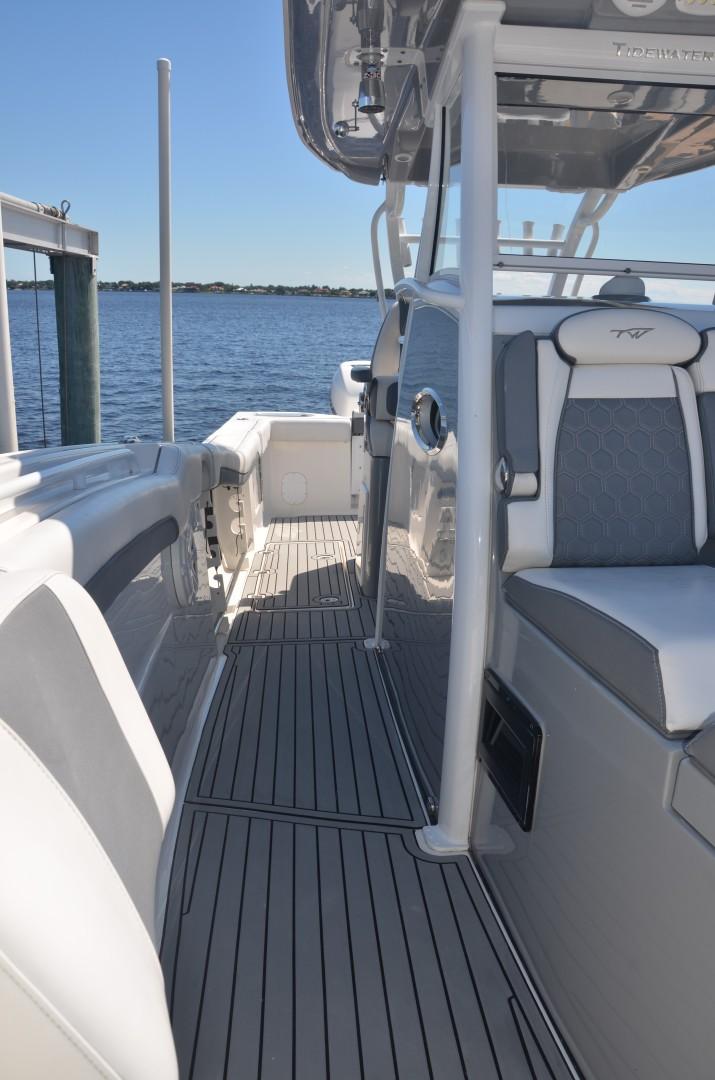 Tidewater 320 CC - sidedeck