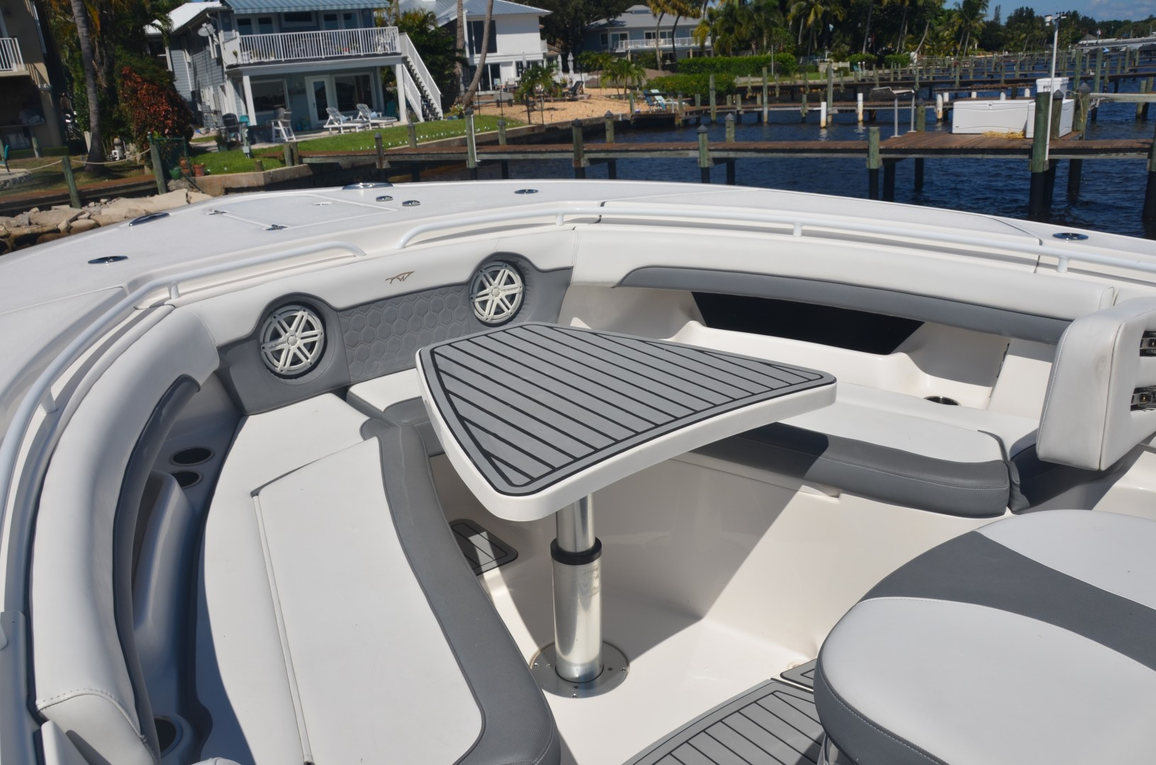 Tidewater 320 CC - pop-up table