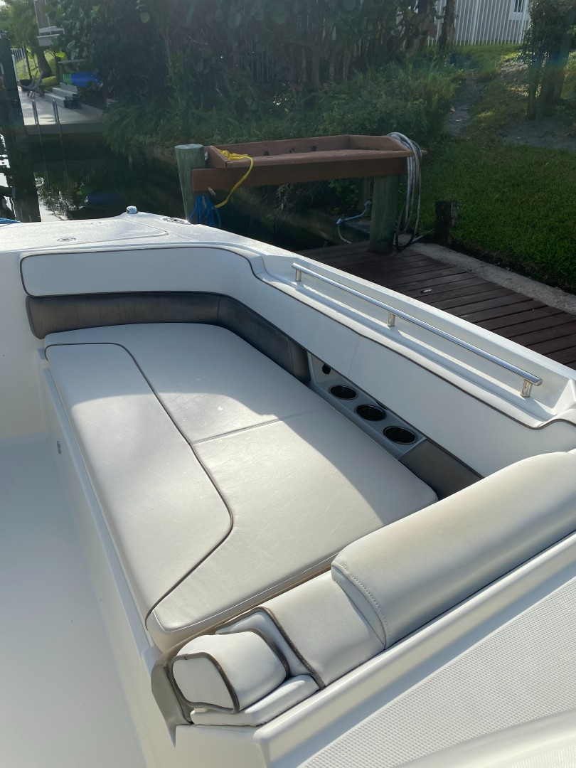World Cat 32 - Bow Seating