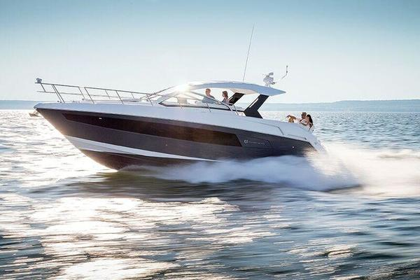 2017 Cruisers Yachts Express Coupe
