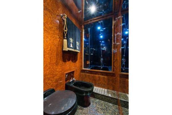 Aft stateroom head, jacuzzi tub