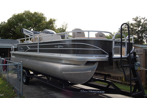 2017 Sun Tracker 22 DLX Fishin Barge