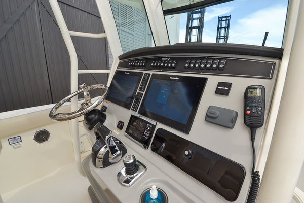 Picture Of: 33' Boston Whaler 330 Outrage 2016 Yacht For Sale | 4 of 72