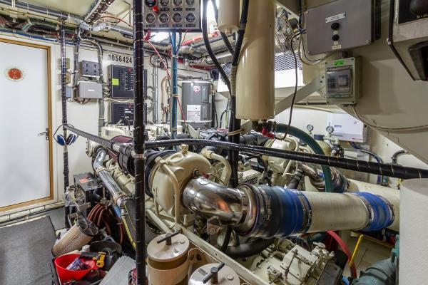 1998Hatteras 74 ft 74 Cockpit Motor