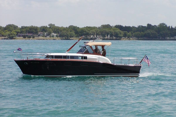 33' Chris-craft 33 Futura 1957 | Black Beauty