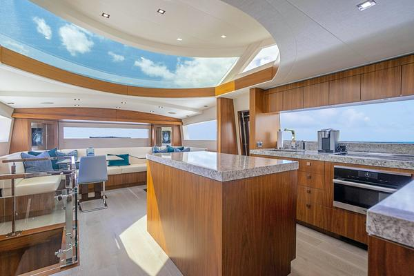 2017 Hatteras 75'  Grateful | Picture 4 of 89
