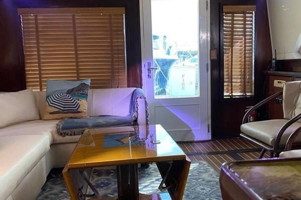 02 Salon From Entrance