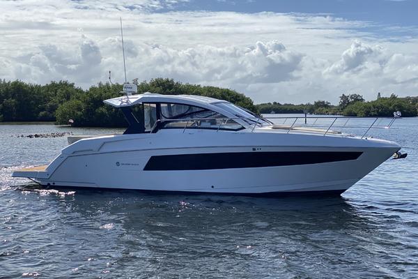 39' Cruisers 390 Ec 2017   Dolphin Trace