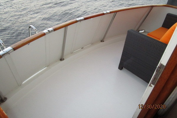 70 Hatteras starboard forward profile2