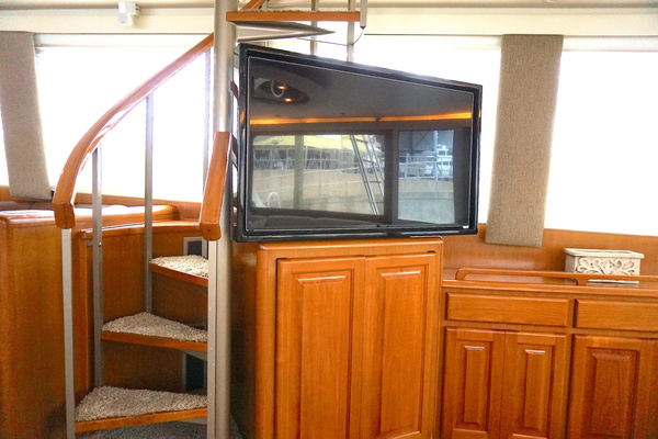 1998 72 Viking Enclosed Bridge Crown Royal Salon 1