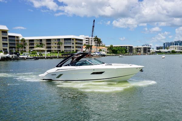 2015 Cruisers Yachts 328 CX Bowrider
