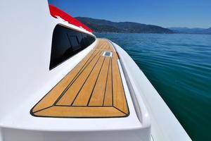 46' Pirelli PZero 1400 Cabin 2018 Starboard walkway