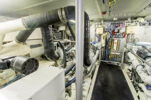98' Westport/Westship CPMY 1992 ENGINE ROOM