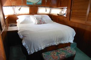 57' Wellington Pilothouse 1989 Master centerline walk around berth