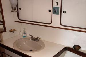 47' Gulfstar 47 Sailmaster 1979 Guest head