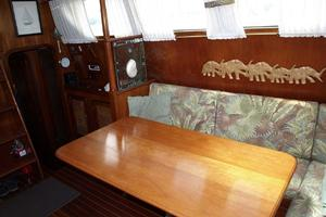 47' Gulfstar 47 Sailmaster 1979 Main salon port side