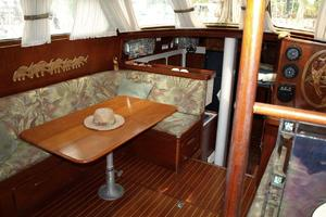 47' Gulfstar 47 Sailmaster 1979 Main salon 3