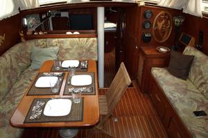 47' Gulfstar 47 Sailmaster 1979 Main salon table
