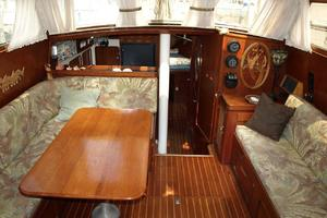 47' Gulfstar 47 Sailmaster 1979 Main salon 2