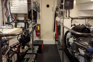 74' Hatteras Series 60 Cpmy 1988 Engine Room