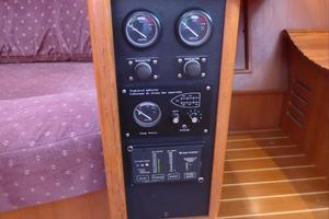 46' Hunter 460 2001 Gauges