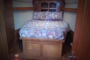 46' Hunter 460 2001 Center Line Bed
