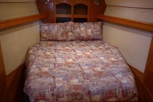 46' Hunter 460 2001 Master Bed