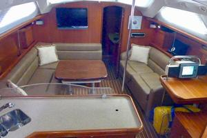 41' Hunter 41 Deck Salon 2007 Salon Overview