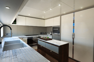 115' Johnson SKYLOUNGE w/FB w/ON-DECK MASTER 2020 Galley